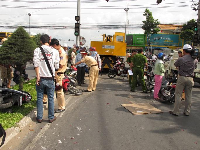 Hàng chục xe máy bị xe cẩu cuốn vào gầm