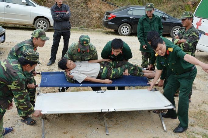 Lực lượng quân y hướng dẫn các đơn vị cách sơ cứu các nạn nhân khi đường hầm đào thông