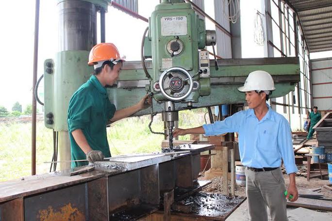 Ông Phùng Bá Lực (cán bộ kỹ thuật, Công ty cổ phần Cơ khí xây dựng Tháp Kim) ẢNH: THANH NGA