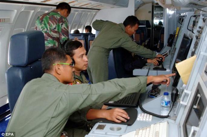 Hoạt động tìm kiếm bên trong một chiếc máy bay quân sự Malaysia bên trên eo biển Malacca hôm 12-3. Ảnh: EPA