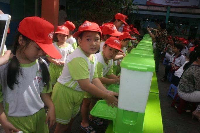 Học sinh trường mầm non 9 quận 3 rửa tay bằng xà phòng hưởng ứng chiến dịch tại lễ phát động