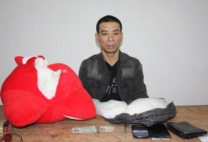 đối tượng Hùng cùng tang vật (ảnh Mongcai.gov.vn)