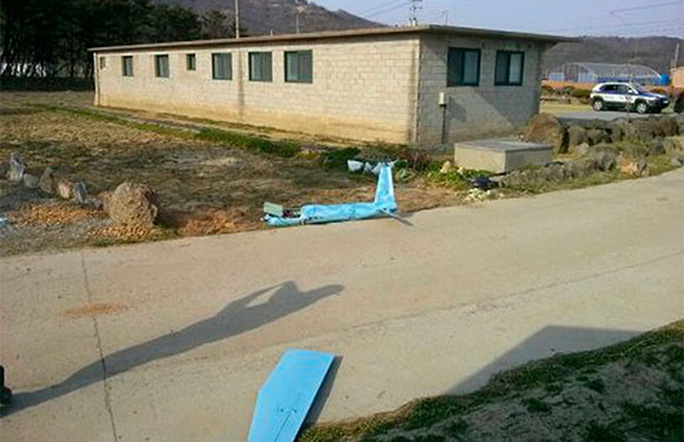 Mảnh vỡ máy bay rơi tại đảo Baengnyeong. Ảnh: Reuters