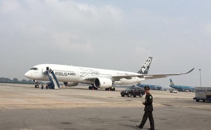 Chiếc máy bay A350 XWB-900 ở sân bay quốc tế Nội Bài (Hà Nội) sáng 22-11