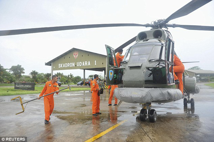 Chiến dịch tìm kiếm chiếc máy bay AirAsia mất tích gặp khó vì thời tiết không thuận lợi. Ảnh: Reuters