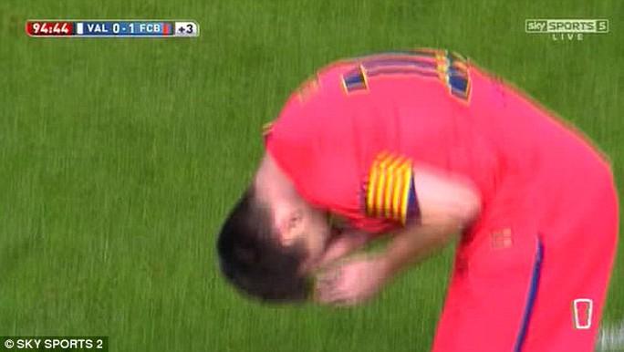 Messi sau khi bị ném chái nước vào đầu