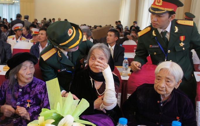 Bộ trưởng Đinh La Thăng yêu cầu các hãng hàng không ưu tiên phục vụ người có công với cách mạng như các Bà mẹ Việt Nam Anh hùng