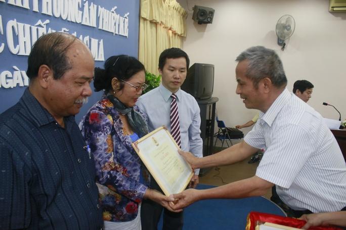Chủ tịch Tổng LĐLĐ Việt Nam Đặng Ngọc Tùng, trao bằng khen cho các tác giả có đồ án xuất sắc