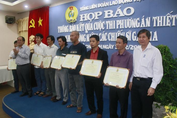 Ông Trần Thanh Hải, Phó Chủ tịch Thường trực Tổng LĐLĐ Việt Nam (bìa phải) và ông Nguyễn Văn Ngàng, Phó Chủ tich Tổng LĐLĐ Việt Nam (bìa trái), trao bằng khen cho các tác giả
