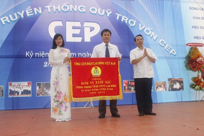 Ông Mai Đức Chính, Phó Chủ tịch Tổng LĐLĐ Việt Nam (bìa phải), trao cờ thi đua xuất sắc cho đại diện Quỹ CEP