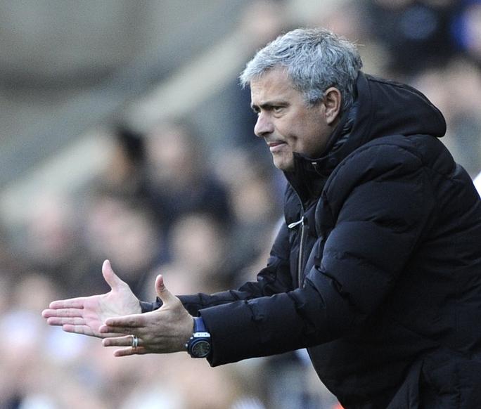 HLV Mourinho trong trận đấu với Swansea