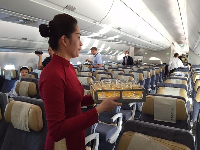 Chỗ ngồi hạng phổ thông rộng hơn so với các loại máy bay hiện có, màn bình cá nhân cũng rộng hơn. A350XWB của Vietnam Airlines sẽ có 2 cấu hình: 240 và 231 ghế.  Đối với cả 2 cấu hình đều có 29 ghế ngồi hạng thương gia, chỉ khác nhau ở số lượng chỗ ngồi hạng phổ thông đặc biệt và hạng phổ thông