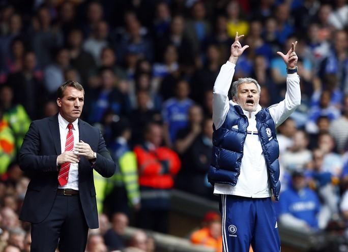 HLV Mourinho ăn mừng bàn thắng thứ hai của Chelsea