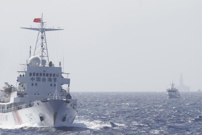 Tàu Trung Quốc hộ tống giàn khoan ngày 14-5. Ảnh: Reuters