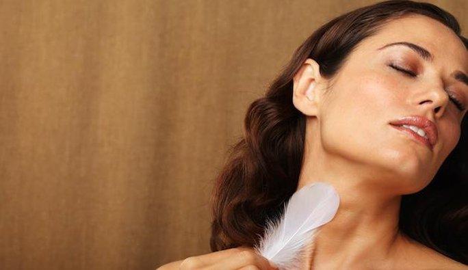 Cổ, cánh tay, âm đạo là những khu vực nhạy cảm nhất khi chạm nhẹ