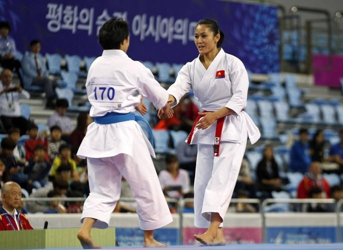 Hoàng Ngân bắt tay đối thủ người Nhật Bản