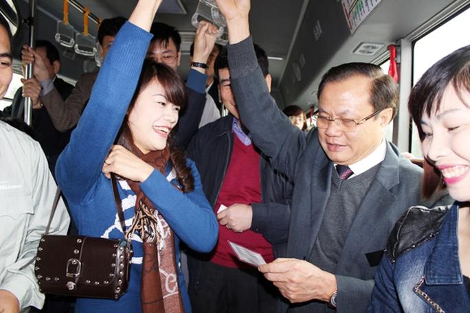 Bí thư Thành ủy Phạm Quang Nghị xem vé tháng đi xe buýt của hành khách