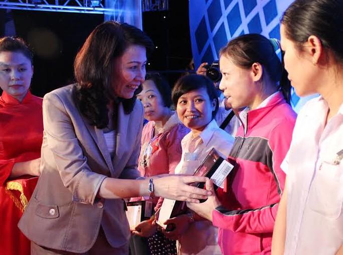 Bà Nguyễn Thị Thu, Chủ tịch LĐLĐ TOP HCM, tặng radio cho công nhân ở trọ có hoàn cảnh khó khăn    ảnh: THANH NGA