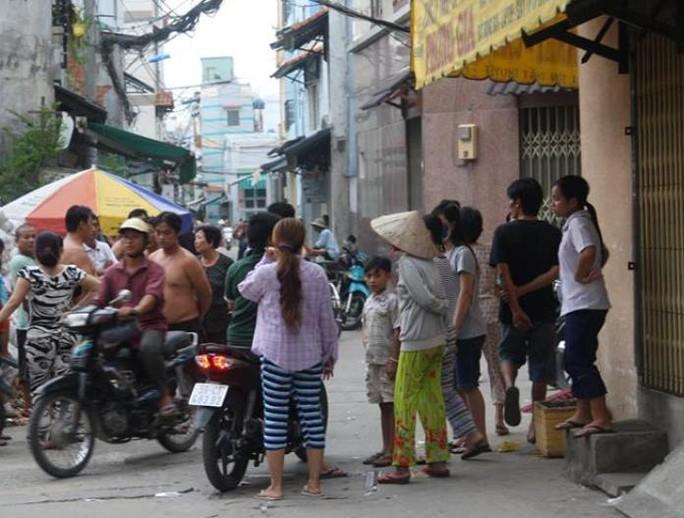 Nhiều người dân trong hẻm 58 tôn Thất Thuyết, quận 4 – TP HCM vẫn bàn tán xôn xao trước vụ giang hồ chém chết người vào trưa 22-8.