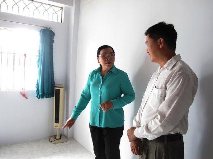 Bà Nguyễn Thị Bích Thủy, Phó Chủ tịch LĐLĐ TP HCM, thăm mái ấm của anh Lại Hoàng Nam