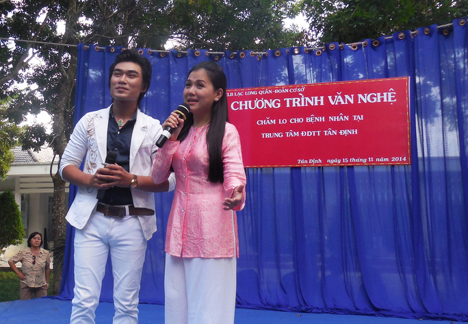 Lê Như và Lê Duy (HCV triển vọng Trần Hữu Trang) trong trích đoạn Rước tình về với quê hương