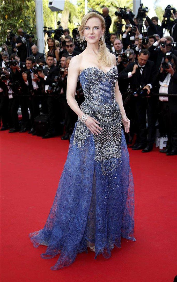 Nicole xuất hiện trong bộ đầm xanh sang trọng