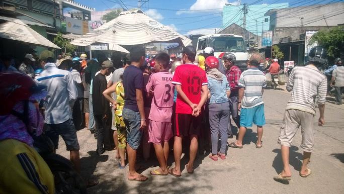 Người dân hiếu kỳ xem vụ va chạm xe làm một người tử vong tại huyện Tuy Phước, trưa 22-9