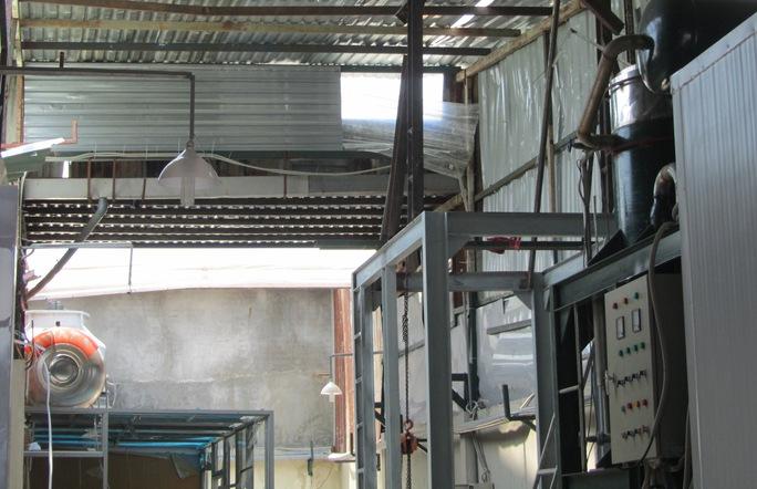 Nhà xưởng bị bay tôn sau vụ nổ vào sáng 25-4.