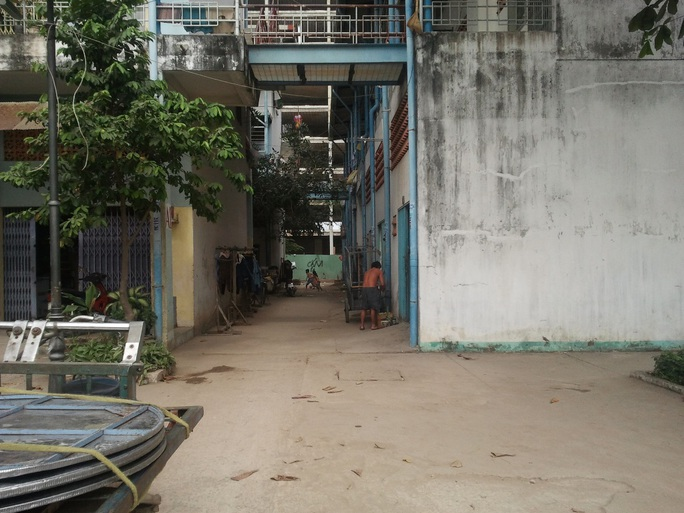 Hành lang nội bộ trong chung cư Lò Gốm, phường 11, quận 6 – TP HCM, nơi ông Cung nhảy lầu tự tử để né pháp luật sau khi có hành vi dâm ô với trẻ em.