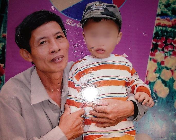Ông Tân trong lúc nóng giận không may giết chết đứa con trai bất hiếu để cứu cháu mình. Ảnh chụp lại ông Tân bên cháu Long