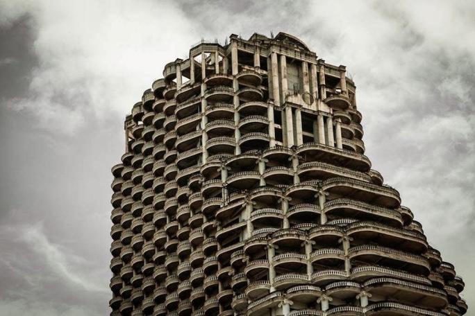 Cả tòa nhà rơi vào hoang phế. Ảnh: unusualplaces.org