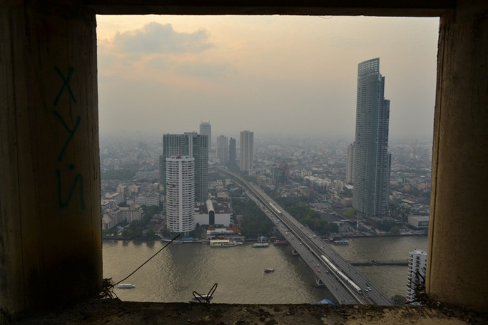 ...biến Sathorn Unique trở nên lạc lõng với thành phố hiện đại bên ngoài. Ảnh: unusualplaces.org