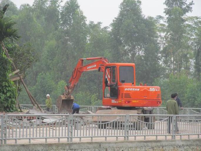 Theo lãnh đạo phường Tích Sơn, ông Hà Hòa Bình nói không biết gì về việc lấn chiếm này (?!). Ảnh: CTV