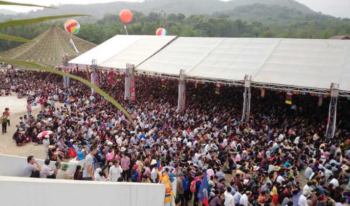 Lượng người tham dự đông khiến ban tổ chức phải dựng thêm nhiều ô bạt khổng lồ để che nắng cho những người ngồi ngoài nhưng vẫn không đủ