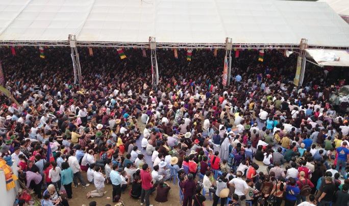 Người dân ngồi tràn sang hai bên khu vực hành lễ