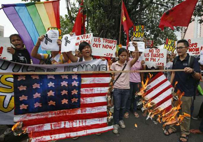 Người dân Philippines biểu tình trước Đại sứ quán Mỹ ở thủ đô Manila hôm 14-10. Ảnh: Reuters