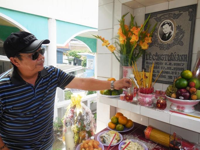 Đạo diễn Trần Ngọc Phong đến dự giỗ lần thứ 18 của Lê Công Tuấn Anh.