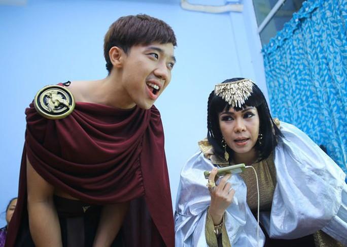Việt Hương và Trấn Thành trong hậu trường chương trình Ơn giời! Cậu đây rồi. Ảnh: Phạm Thế Danh