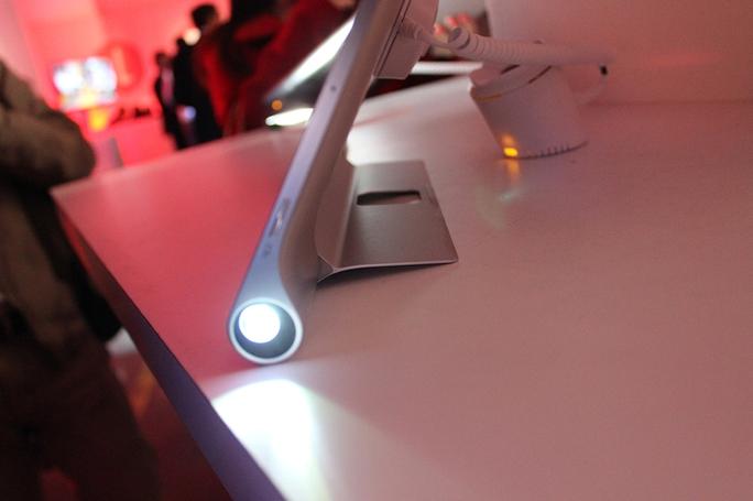 Lenovo mang máy chiếu lên Yoga Tablet 2 Pro