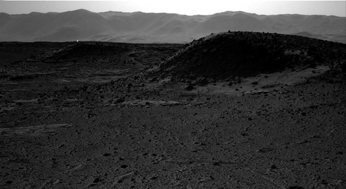 Bức ảnh chụp ánh sáng trắng đáng nghi ngờ trên bề mặt sao Hỏa. Ảnh: NASA