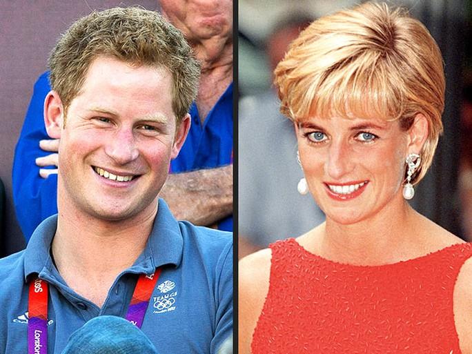 Hoàng tử Harry (trái) và Công nương Diana (phải). Ảnh: Rex USA