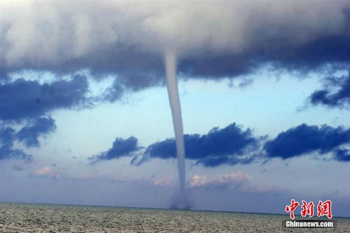 Vòi rồng xuất hiện trên hồ Thanh Hải, Trung Hải