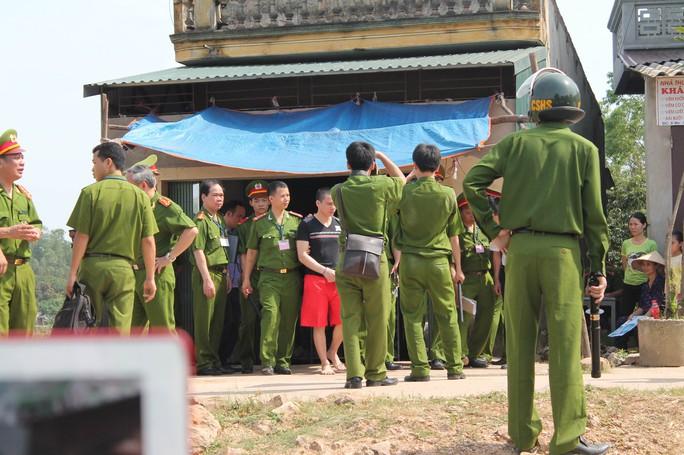 Lý Nguyễn Chung thực nghiệm hiện trường tại nhà nạn nhân