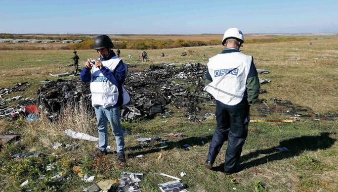 Nhóm cứu hộ và quan sát viên của Tổ chức An ninh và Hợp tác châu Âu (OSCE) đang thực hiện nhiệm vụ. Ảnh: Reuters