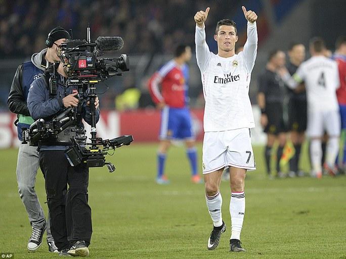 Ronaldo ăn mừng khi san bằng kỷ lục của Raul và tiếp tục đeo bám Messi