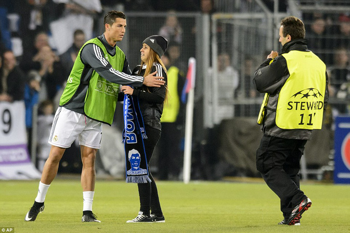 Hình ảnh cảm động của CĐV ái mộ Ronaldo