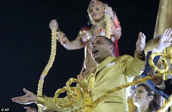 Ronaldo trong trang phục rực rỡ ánh vàng