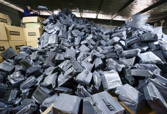 Một nhân viên đang sắp xếp những gói hàng để gửi đến cho khách hàng đã đặt trong ngày lễ độc thân 11-11. Ảnh: Bussiness Insider