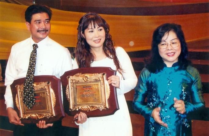 Bà Nguyễn Thị Hằng Nga - nguyên Tổng biên tập Báo Người Lao Động trao Giải Mai Vàng cho NSND Hồng Vân và NS Lê Tuấn Anh năm 2003.