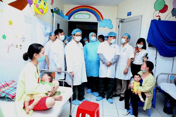 Phó Thủ tướng Vũ Đức Đam thăm bệnh nhân sởi tại BV Nhi Trung ương chiều 15-4